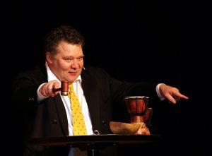 München, 27.11.2011 / Foto: Robert Haas Luststpielhaus München Willy Astor versteigert seine Gitarren zugunsten des SZ-Adventskalenders Auktionator Andreas Lechner